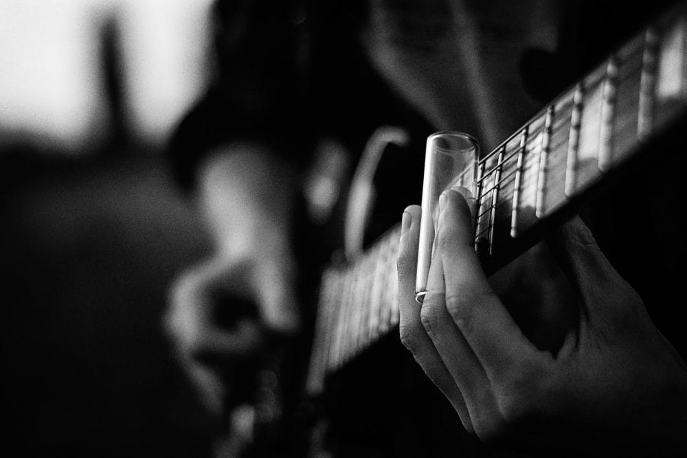 bw GRAINY guitar and tooling med